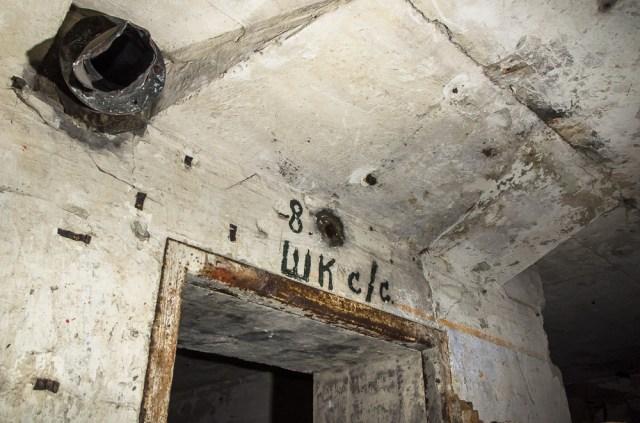 Virš durų į kazematus matomi sovietinių pasieniečių veiklos pėdsakai