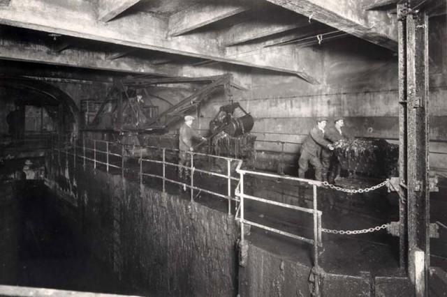 Darbininkai specialia įranga valo kanalizaciją. 1930 m. Paryžius