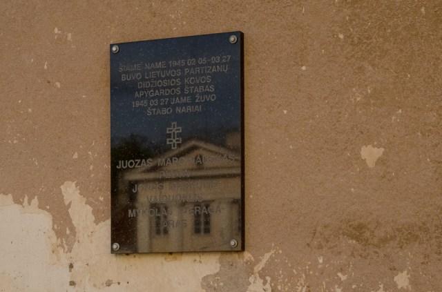Ant kumetyno sienos - atminimo lenta čia sušaudytiems partizanams