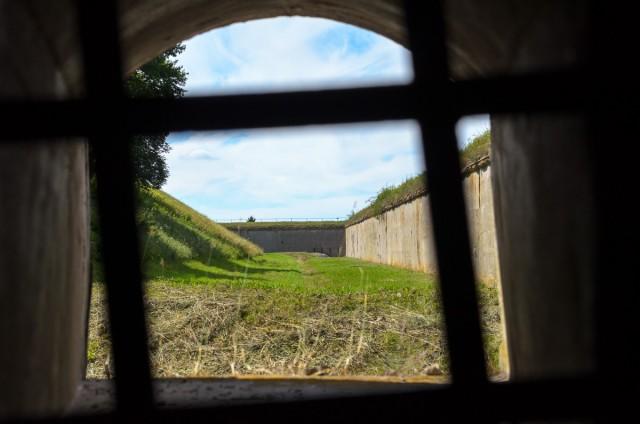 Taip forto griovį matytų kaponierinė patranka