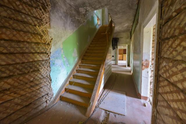 Virš jų - laiptai į palėpę