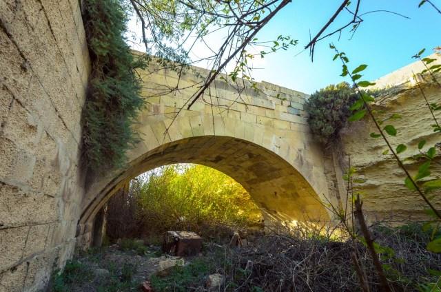 Tiltelis į fortą iš gynybinio griovio