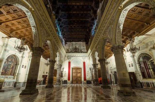 Ennos katedros interjeras naktį