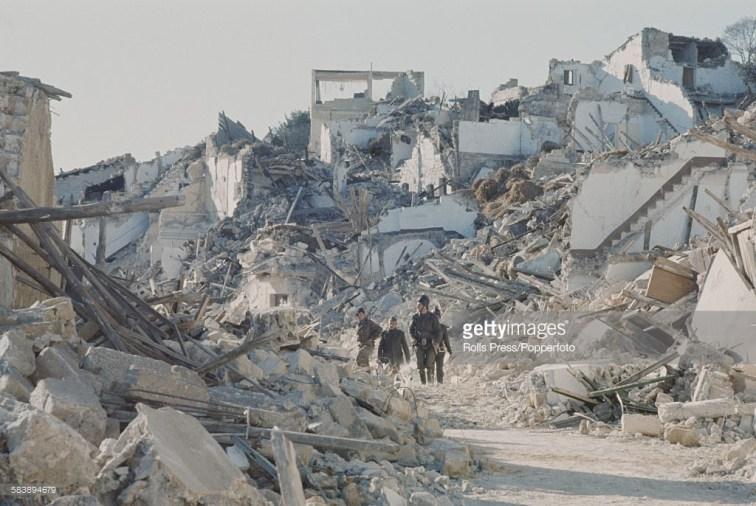 Grupė Italijos karių žingsniuoja per griuvėsius po drebėjimo. Gibellina. 1968 m.