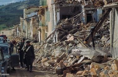 Italijos kariai ir karabinieriai vaikšto prie griuvėsių. Gibellina. 1968 m.
