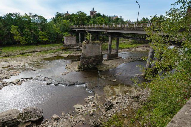 Nenaudojamas pėsčiųjų tiltas Narvoje. Kitapus upės - Rusija