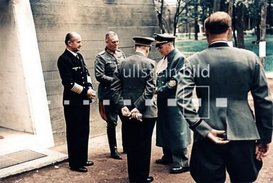 Adolfas Hitleris prie šviežiai užbaigto bunkerio savo būstinėje