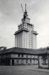 Įgyvendinant projektą kaimyniniai medinės architektūros namai buvo nugriauti. Nuotraukoje matomas bokštinis kranas UBK-1.5