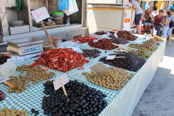 Targ w Trapani, Rynek w Trapani, Ryneczek w Trapani, Targ, zakupy w Trapani, co kupic w Trapani, gdzie na zakupy w Trapani, zakupy w Trapani, gdzie kupowac w Trapani, Trapani, Sycylia, mercatino a Trapani, sycylijskie sery, oliwki, czarne oliwki, zielone oliwki, sycylijskie oliwki