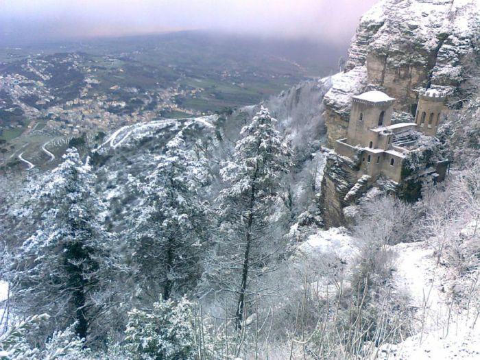 Pory roku na Sycylii, Sycylia, Trapani, pory roku, lato na Sycylii, wiosna na Sycylii, jesień na Sycylii, zima na Sycylii, wiosna, lato, jsień, zima, Kwitnący migdałowiec, migdałowiec, termometr, upał, gorąco, śnieg, zima w Erice, śnieg w Erice, Erice zimą