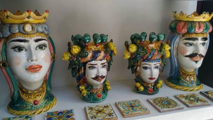 Testa di Moro, Głowa Maura, Głowa z ceramiki, Ceramika sycylijska, Ceramika z Sycylii, Sycylia, ceramika, przedmioty z ceramiki, pamiątki z Sycylii, pamiątka z Sycylii, co kupić na Sycylii, co przywieźć z Sycylii, co kupić na Sycylii, jakie pamiątki na Sycylii, souvenir z Sycylii, souvenir Sycylia, pamiątka Sycylia, pamiątki Sycylia, ceramika Caltagirone, ceramika Trapani, Giovanna Colomba, testa di Moro w modzie, symbol Sycylii, symbol Sycylia, legenda o testa di Moro, legenda o głowie Maura, legenda z Palermo, tradycja Sycylia, sycylijska tradycja, testa di Turco