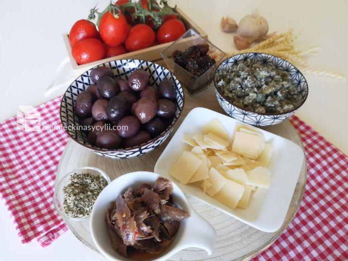 Makaron anchois oliwki kapary pomidorki koktailowe, pryepis pasta anchois, przepis makaron z anchois, szybki przepis na makaron, przepis makaron sycylia, makaron z oliwkami, busiate przepis, przepis z pomidorkami koktailowymi, przepis kapary, przepis makaron kapary, przepis anchois pomidory, przepis anchois pomidory kapary, kuchnia sycylijska, łatwy makaron, pasta z anchois oliwkami kaparami i pomidorkami koktailowymi, anchois, pomidorki koktailowe, kapary, oliwki, suszone pomidory, makaron trapani, makaron sycylia, niemiecki na sycylii
