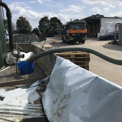 Tag 1: Abpumpen der Gülle aus dem Fermenter. Alles ist abgedeckt damit keine Gülle in das Grundwasser versickert und keine unnötige Verschmutzungen entstehen. Fermentersanierung 2019, Nierswalder Biogasanlage.