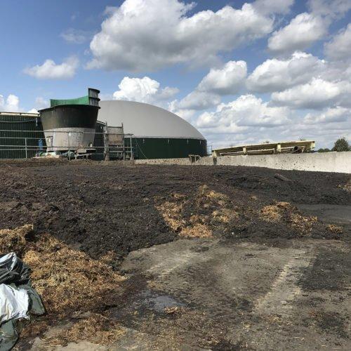 Die Sinkschicht wird ausgebaggert. Fermentersanierung August 2019, Nierswalder Biogasanlage.