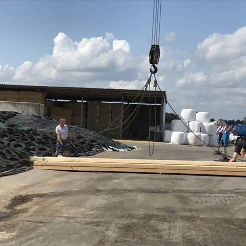 Die Holzbalken werden mit einem Kran bewegt. Wir helfen mit. Fermentersanierung August 2019, Nierswalder Biogasanlage.