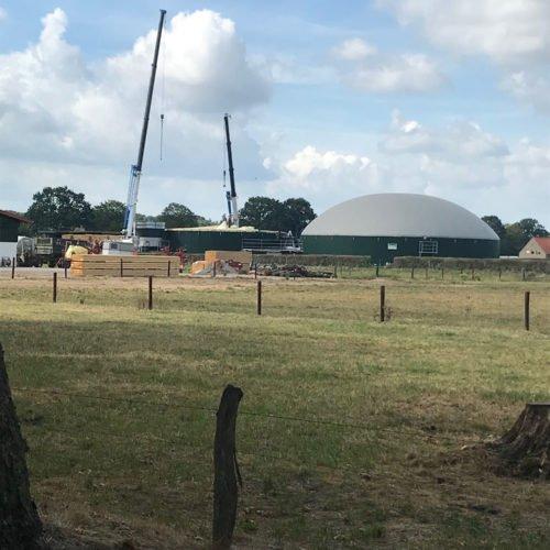 Zur Fermentersanierung ist schweres Gerät notwendig: Zwei große Kräne zum Ausbaggern des Substrats. Fermentersanierung August 2019, Nierswalder Biogasanlage.