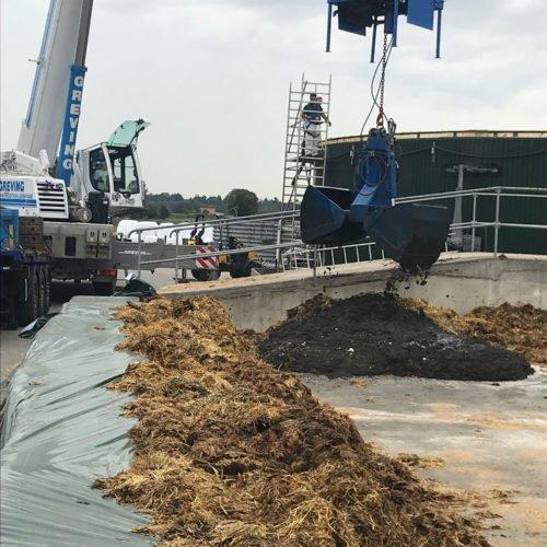 Das ausgebaggerte Substrat wird auf der Misteplatte zwischengelagert. Fermentersanierung August 2019, Nierswalder Biogasanlage.