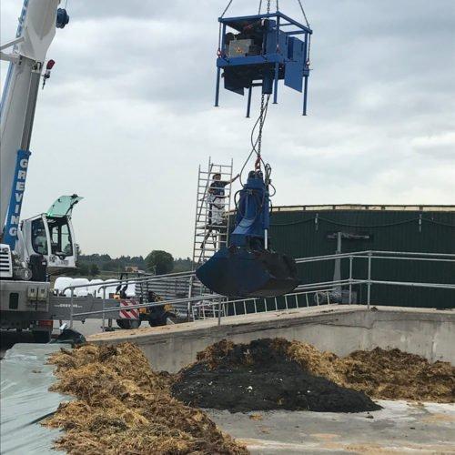 Das Substrat wird aus dem Fermenter gebaggert. Fermentersanierung August 2019, Nierswalder Biogasanlage.