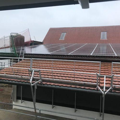 Die Solarmodule der Photovoltaikanlage werden auf dem Dach des Melkstandes installiert. Nierswalder Kuhhof 2019