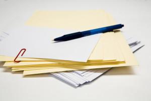 Stapel enveloppen, kaarten en pen, copyright Justine Furmanczyk