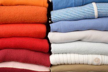 Op kleur gesorteerde keurig gevouwen kleding, copyright Fleur Suijten