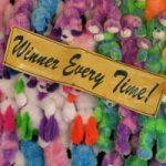 """Pluchen dieren, met tekst erbij """"winner every time"""". Copyright foto: Robert Linder"""