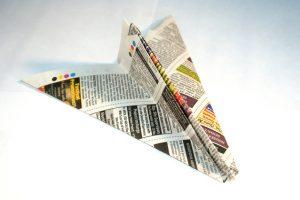 Papieren vliegtuigje van een bedrukt vel papier. Copyright foto: Asif Akbar.