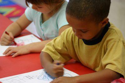 Kinderen tekenen en kleuren op een kleurplaat. Copyright foto: Anissa Thompson.