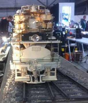 Volledig van papier en karton gemaakte trein