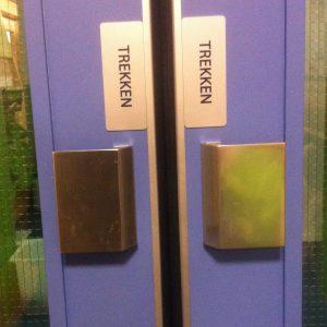 """Een klapdeur met handgrepen en een bordje """"trekken"""""""