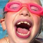 Meisje met roze zwembril in zwembad. Copyright foto: Annika Vogt