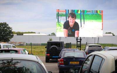 VIDEO: Drive-in bioscoop voor schoolverlaters Twister en Doolgaard
