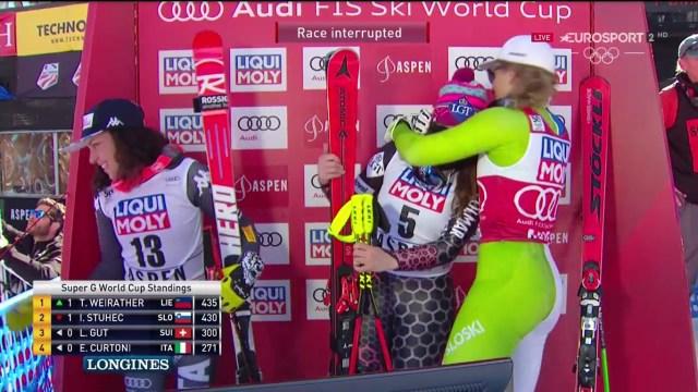 Weirather recibe la efusiva felicitación de Stuhec en presencia de Federica Brignone FOTO: Eurosport