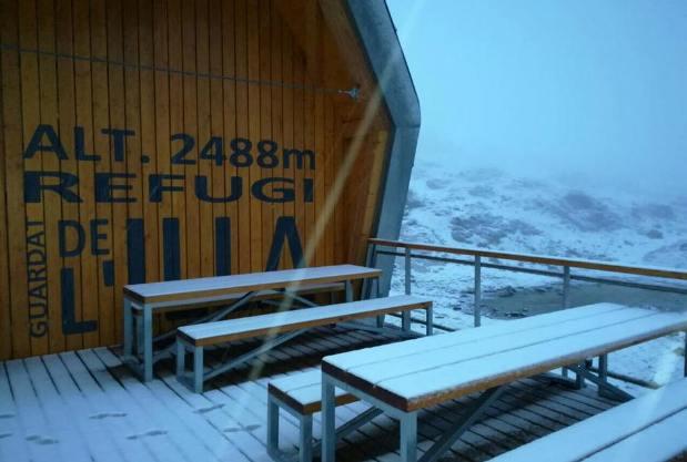 El refugio de l'Illa en andorra presenta este aspecto totalmente nevado