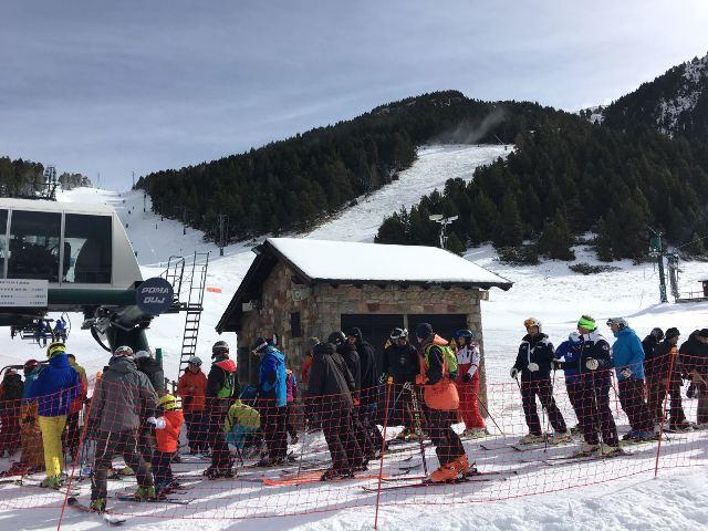 Por la estación ceretana han pasado más de 800 esquiadores en el primer día inaugural