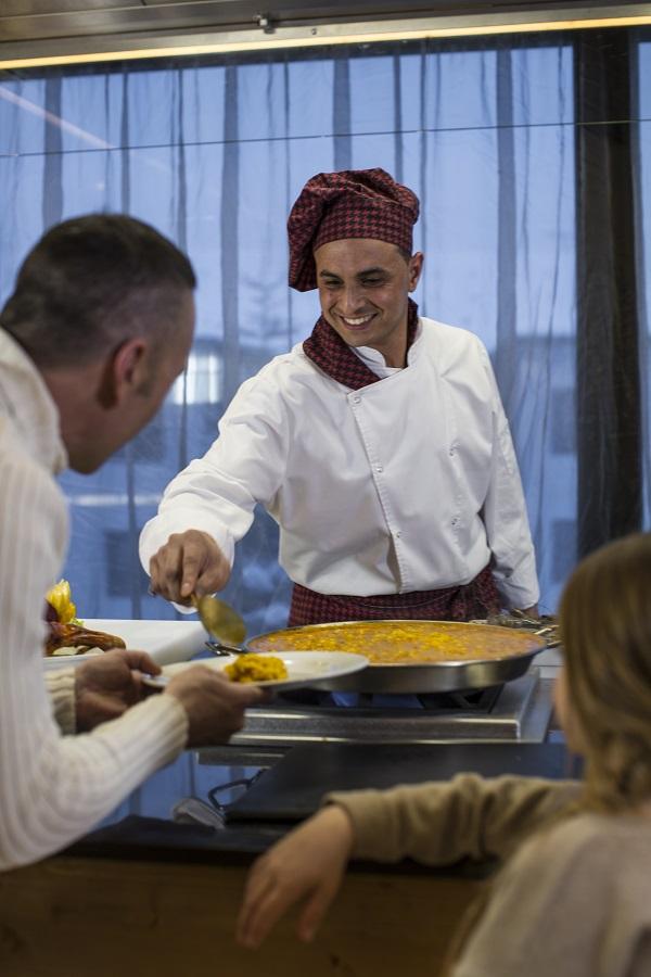 La oferta gastronómica del hotel tiene ocho puntos de cocina instantánea ante el cliente