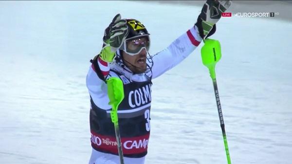 Marcel Hirscher, por lo habitual poco expresivo, no ha reprimido su alegría al lograr la victoria en un slalom nocturno de Madonna que se le puso muy cuesta arriba