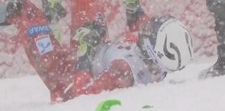 Henrik Kristoffersen no ha dudado en tirarse a la nieve tras ganar su primera carrera de la temporada y doblegar a su gran rival Marcel Hirscher