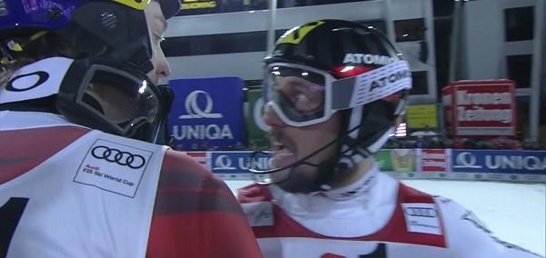 Momento en que Kristoffersen le dice a Hirscher que le han tirado bolas de papel de aluminio durante su segunda bajada
