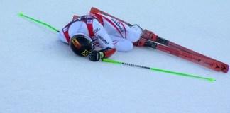 Marcel Hirscher ha caído exhausto tras acabar la segunda manga, con un final angustioso en el que ha logrado no caerse y mantener su ventaja para acabar ganando