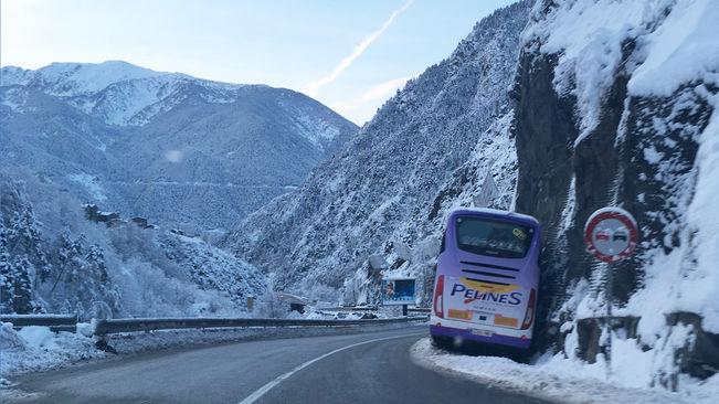 El autocar que colisionó ayer en la montaña fue sustituido por otro para acercar a los escolares hasta el hotel