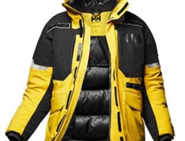 La primera chaqueta reflectante permite al usuario ser casi 10 veces más visible en la nieve