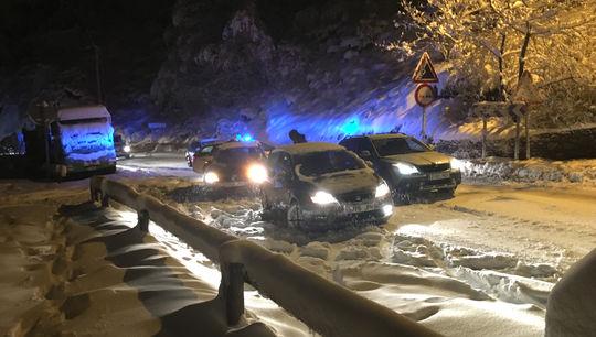 La nieve dejaba ayer muchos coches parados entre la nieve