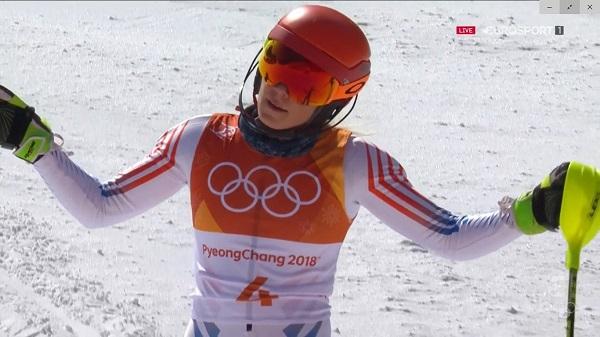 Mikaela Shiffrin se muestra resignada al comprobar que se queda sin medalla en el slalom, donde era la máxima favorita