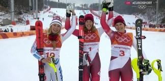 Una Michelle Gisin radiante, en el podio junto a su compatriota Wendy Holdener, plata, y Mikaela Shiffrin, bronce