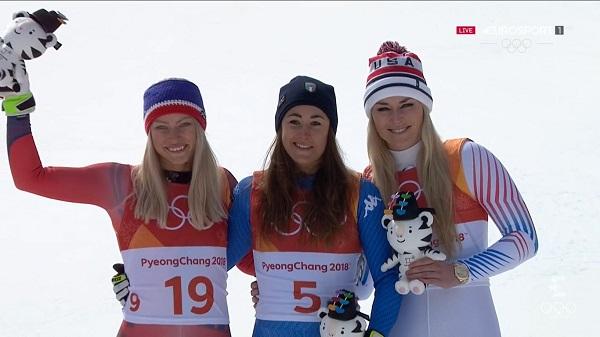 Ragnhild Mowinckel, plata; Sofia Goggia, oro; Lindsey Vonn, bronce. El podio olímpico de descenso femenino