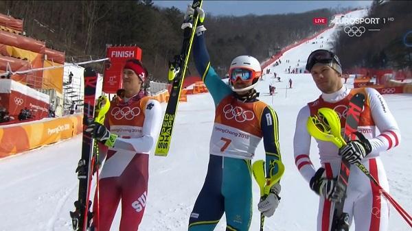 Andre Myhrer saluda tras ganar el oro rodeado de Ramon Zenhauesern y de Michael Matt