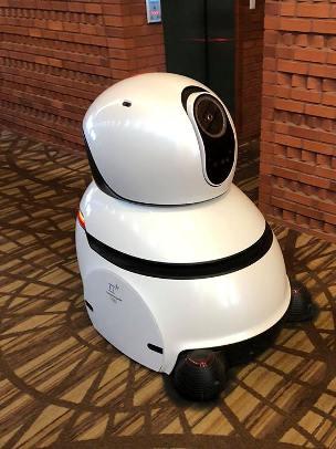 El robot que limpia y vigila
