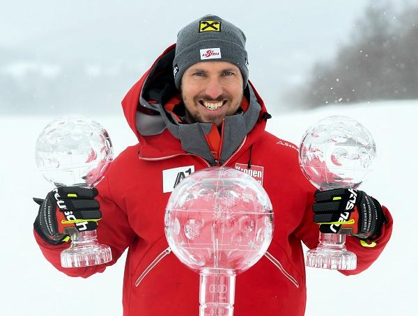 Marcel Hirscher en lasfinales de Are posa con los tres Globos conquistados esta temporada. FOTO: Red Bull Pool