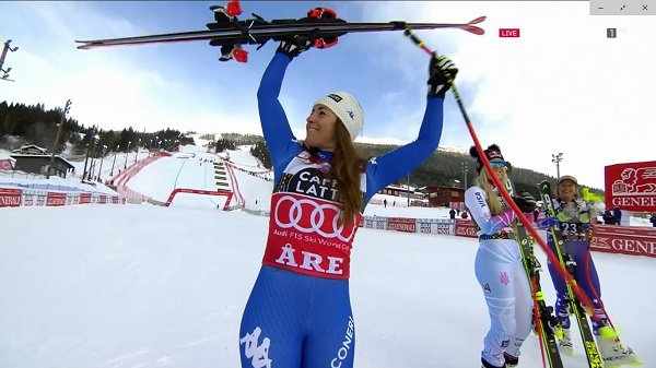 Sofia Goggia saluda desde el podio tras ganar el Globo del descenso y acabar segunda por detrás de Lindsey Vonn en la última carrera de la temporada